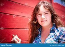 principal e dos ombros de um adolescente bonito dos anos de idade 14