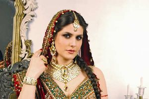Zarine Khan poses pretty…)