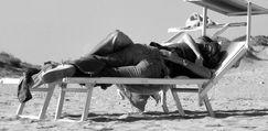 Sesso in spiaggia davanti ai bambini: denunciati