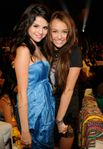 Miley Cyrus y Selena Gomez, enfrentadas en los Kids Choice Awards | El