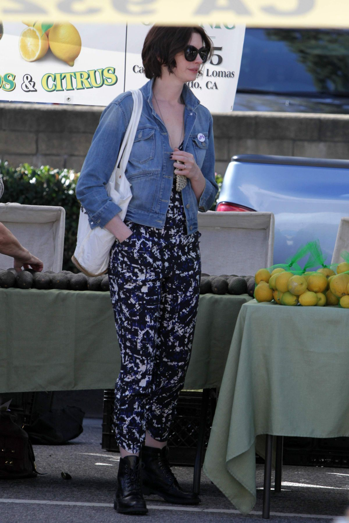 Anne Hathaway Shopping At Farmer S Market In Los Angeles