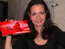 Katrin Hu� bekommt Valentinspralinen