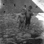 Melissa (Crotone)  Bambino nudo e altro bambino in una strada