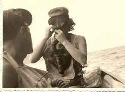 Celina Seghi, Campionessa di sci degli anni '50, mentre familiarizza