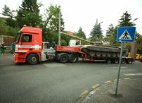Poslanec NR SR Alojz Hlina (O?aNO) pristavil tank pred dom Vasi?a