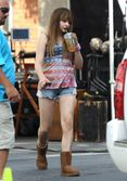 chloe grace moretz keeps cool on set in this photo chloe grace moretz