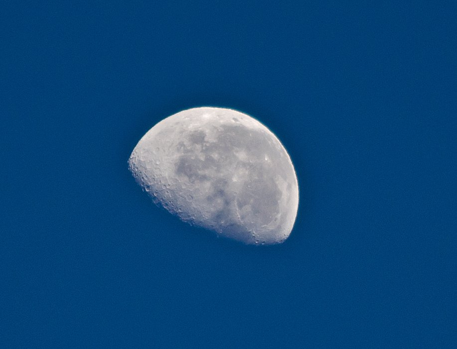 Moon in the morning by salza