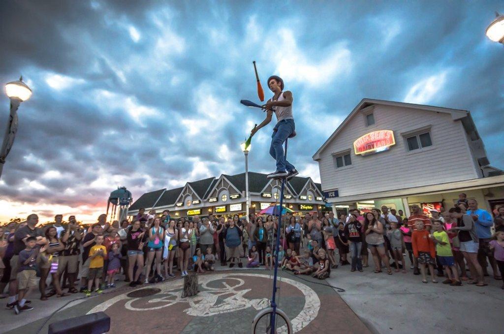 Boardwalk Performer by lesip