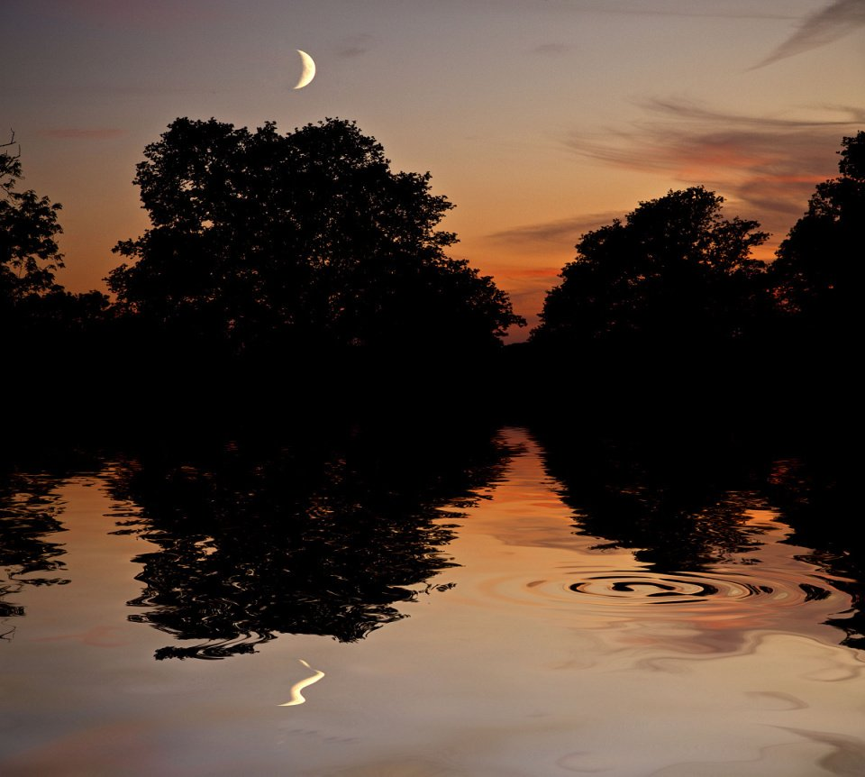 Moon at the Flood.... by brickmaker