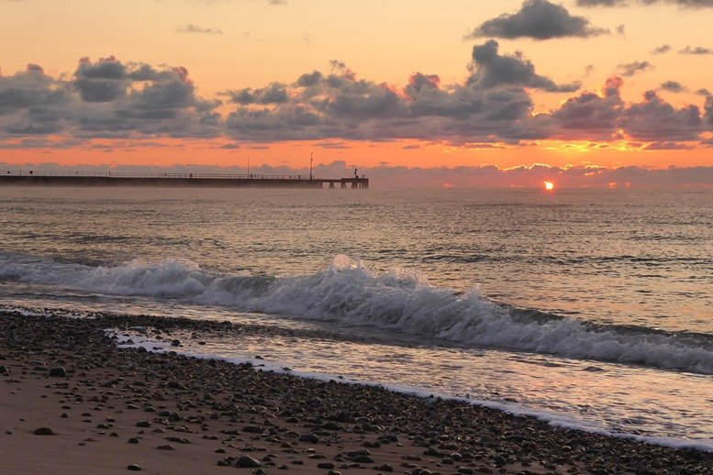 Sunrise and waves by helenhall