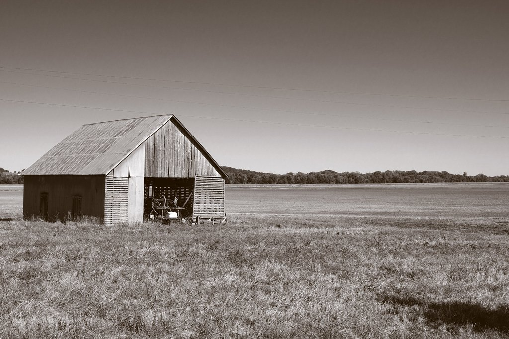 Barn On The Bottomlands by lsquared