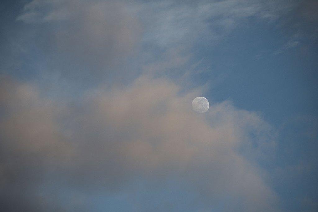 Shy Moon - 6.43am by kgolab