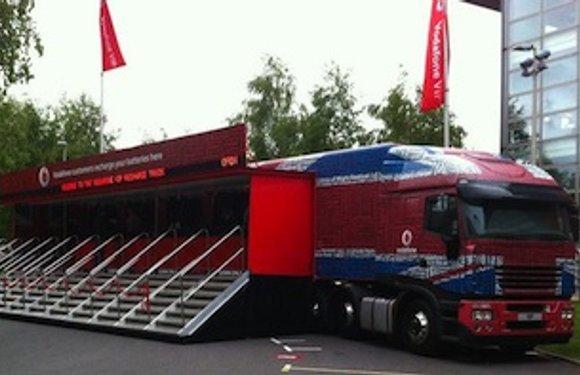 Vodafone gaat muziekfestivals langs met oplaad-truck