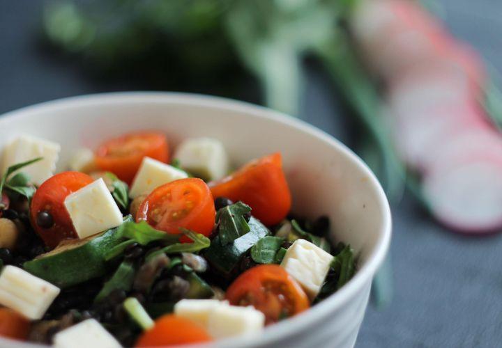 Šiltos juodųjų lęšių salotos