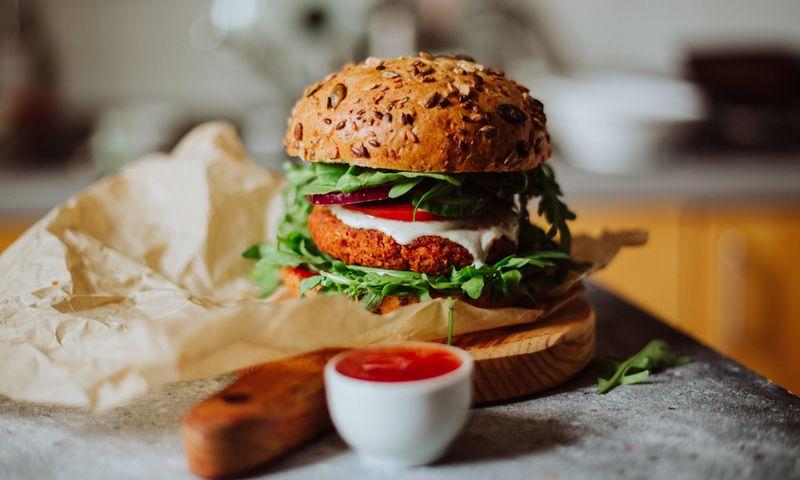 Gardus burgerio paplotėlis iš raudonųjų pupelių