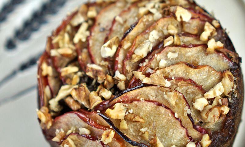 Karamelinis obuolių pyragas su graikiniais riešutais (be glitimo)