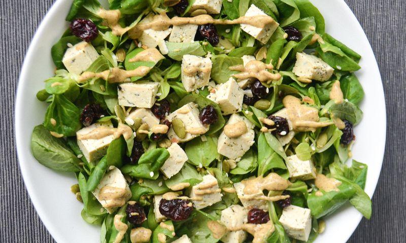 Salotos su tofu, spanguolėmis ir migdolų padažu
