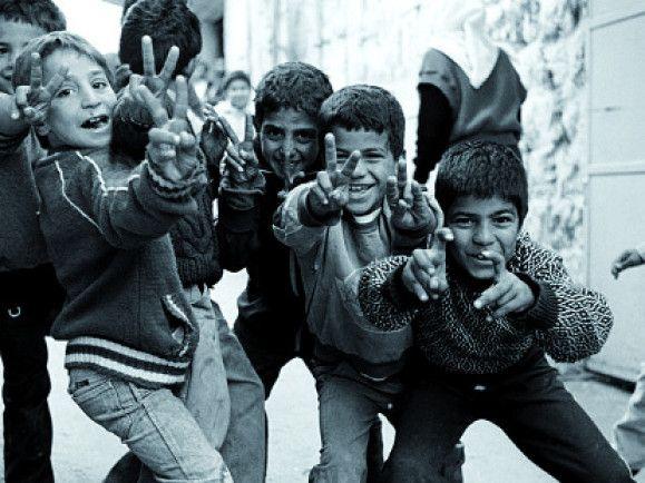 Das Originalfoto mit den Kindern der Steine. Foto: kinder-der-Steine.de