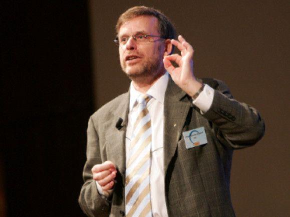 Das Internet bietet der Gesellschaft viele Möglichkeiten - Gunter Dueck wünscht sich das Web als Gesellschafttsbetriebssystem.