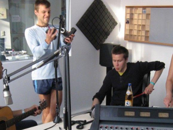 Mit sichtlich viel Spaß bei der Sache - Retro Stefson im detektor.fm-Studio