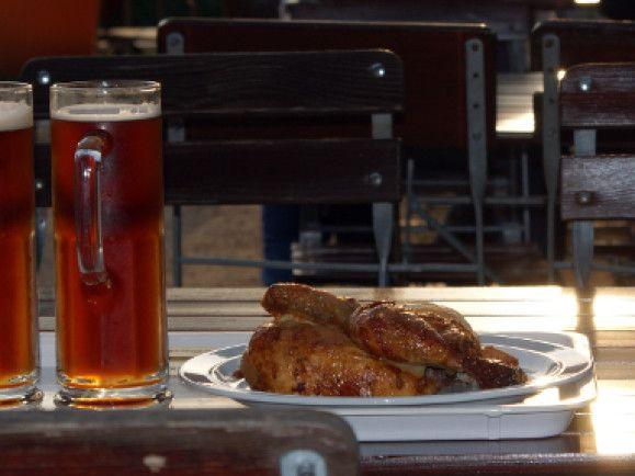 An Sommertagen immer wieder schön - Speis und Trank im Biergarten. / Foto: © Barbara Eckholdt /  pixelio.de