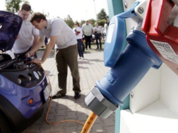 Das Tankstellennetz für Elektroautos muss noch erheblich wachsen. / Foto: © Martin Oeser/dapd