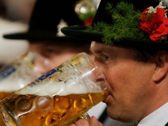 Auf dem Oktoberfest wird das Bier der sechs renommiertesten Brauereien aus München ausgeschenkt. Finkus Bripp verrät, welches das beste Bier auf der Wiesn ist. / Foto: © Oliver Lang /dapd.