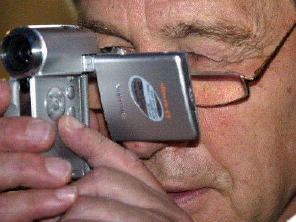 Der ehemalige Wirtschafsminister Wolfgang Clement testet auf der IFA 2003 einen Mini - Camcorder. / Foto: © Fabian Matzerath / dapd