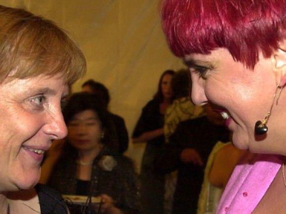 Haben modisch dazu gelernt: Angela Merkel und Claudia Roth. Foto: © Jörg Koch/dapd