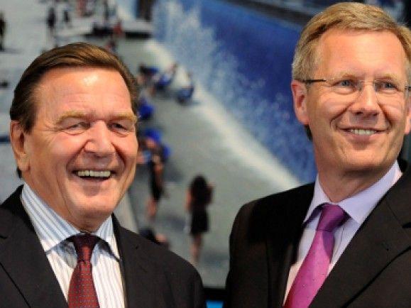Ein Freund, ein guter Freund? Ex-Bundeskanzler Gerhard Schröder (links) und Bundespräsident Christian Wulff sind ihrer Stadt Hannover noch immer in Freundschaft verbunden. Foto: © Nigel Treblin/dapd