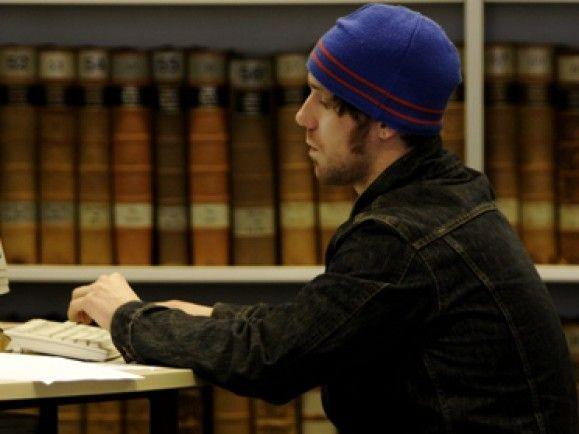 Hilfe, wenn das Schreiben der Hausarbeit nicht klappt: Einige Universitäten bieten spezielle Schreibzentren. Foto: © Torsten Silz/dapd