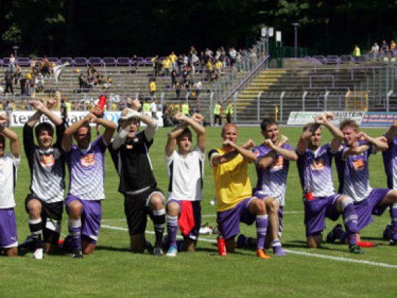 Lila-Weißes Grinsen: Spieler von Erzgebirge Aue jubeln nach einem gewonnenen Spiel. Foto: © Uwe Meinhold / dapd