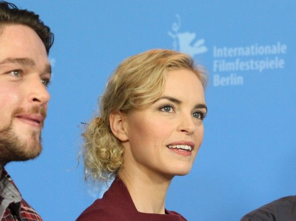 "Die ""Barbara""-Hauptdarsteller Ronald Zehrfeld (links) und Nina Hoss mit Regisseur Christian Petzold (rechts). Foto: © Ronny Hartmann/dapd"