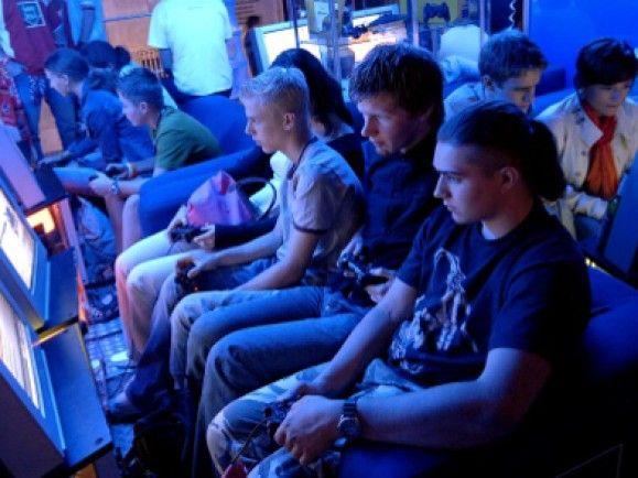 Auf einer Aktionsfläche in der Kölner Innenstadt spielen Jugenliche auf Playstations Computerspiele. Foto: Michael Gottschalk/dapd