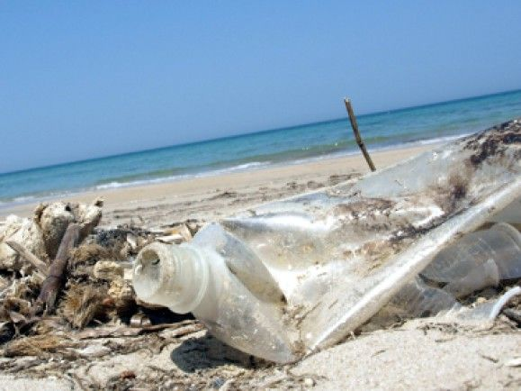 Plastik braucht zum Teil mehrere hundert Jahre um sich zu zersetzen, Teile bleiben wohl für immer im Ozean. Foto: ©CFalk, pixelio.de