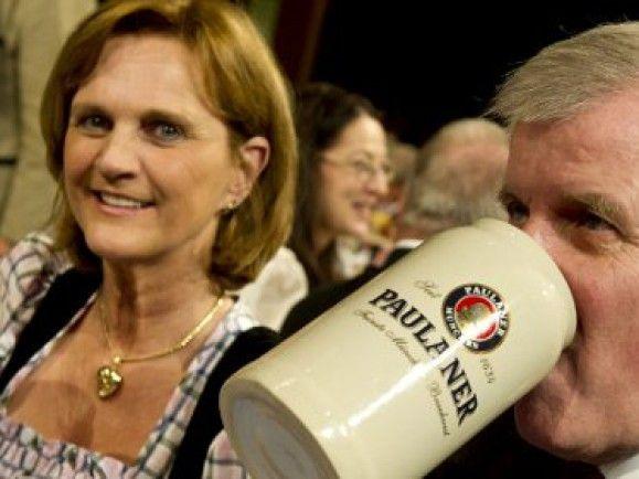 Gibt sich gern bürgernah - auch bei Facebook: CSU-Chef Horst Seehofer. ©Lukas Barth/dapd