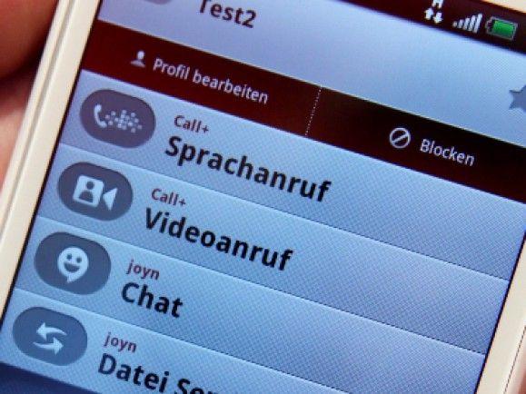 Smartphones weisen einen größeren Funktionsumfang als herkömmliche Mobiltelefone auf. © Focke Strangmann/dapd.