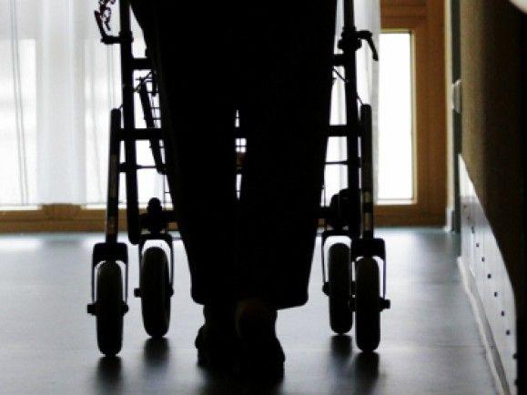 Im Bereich der Altenpflege gelten Dinge, wie ein gewohntes Umfeld und Vertrauen, als zentral. /Foto: © Martin Oeser/dapd