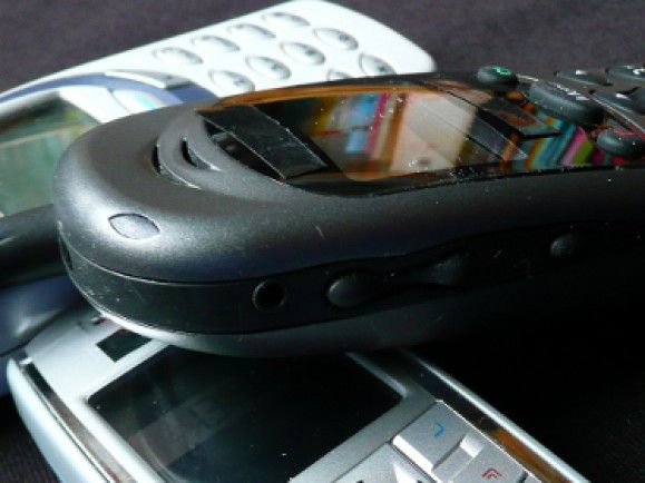 In Mobiltelefonen stecken Edelmetalle wie Gold und Silber, aber auch umweltbelastende Schadstoffe. Foto: © Gabi Schoenemann, pixelio