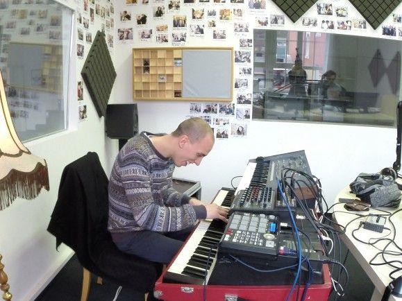 Vollkommen versunken in die Musik: Martin Kohlstedt im detektor.fm-Studio. Foto: detektor.fm