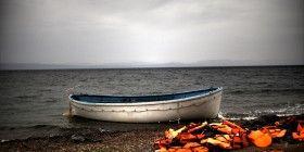 Fluechtlinge Boot - kontrast und schnitt - Aris Messinis AFP