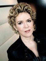 lebt seit fast 20 Jahren in Venedig und erhielt für ihre Veröffentlichungen über die Mafia mehrere Auszeichnungen und Preise.