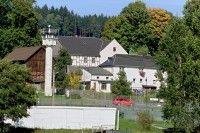 """Bis 1990 führte die Mauer mitten durch das thueringisch - bayerische Dorf. Mödlareuth wurde deshalb auch als """" Klein - Berlin """" bekannt."""