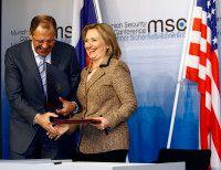 der russische Außenminister und seine amerikanische Amtskollegin beim Austausch der Urkunden zum START-Vertrag./ © Sebastian Zwez (CC/msc)