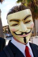 mit der charakteristischen Maske. Foto: Vincent Diamante/wikipedia