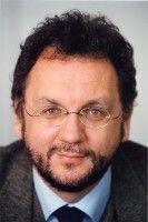 Er ist Innenpolitikchef sowie Mitglied der Chefredaktion der Süddeutschen Zeitung und hält eine Einbeziehung des Bundestages für richtig.