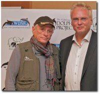 (rechts) zusammen mit dem ehemaligen Flipper-Trainer und Tierschutzaktivisten Ric O´Barry