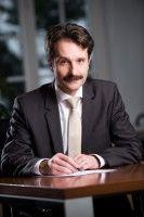 ist Diplom-Volkswirt und leitet die deutsch-polnische IHK in Warschau.