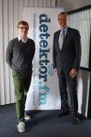 Botschafter der USA in Deutschland mit Christian Bollert (links) von detektor.fm.