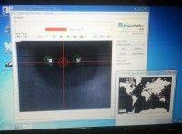 Links das abgefilmte Auge, rechts die Weltkarte. Die Testsoftware für die Datenbrille zeigt, wie die Brille arbeitet. Foto: detektor.fm